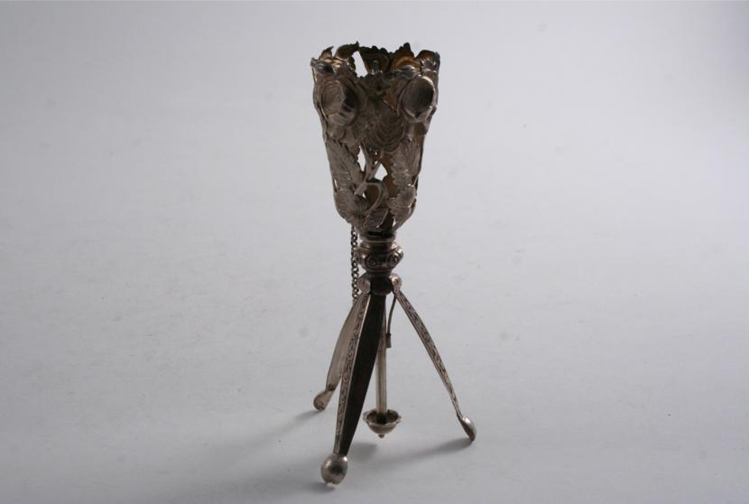 AN EARLY VICTORIAN POSY HOLDER