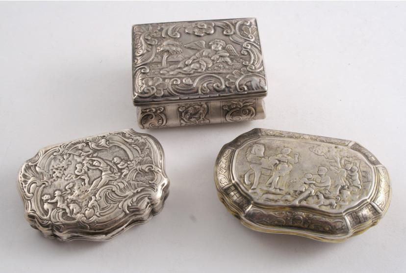 AN 18TH CENTURY FRENCH CARTOUCHE-SHAPED SNUFF BOX