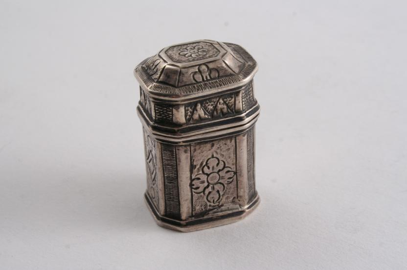 A SMALL 18TH CENTURY FRENCH BOX & COVER