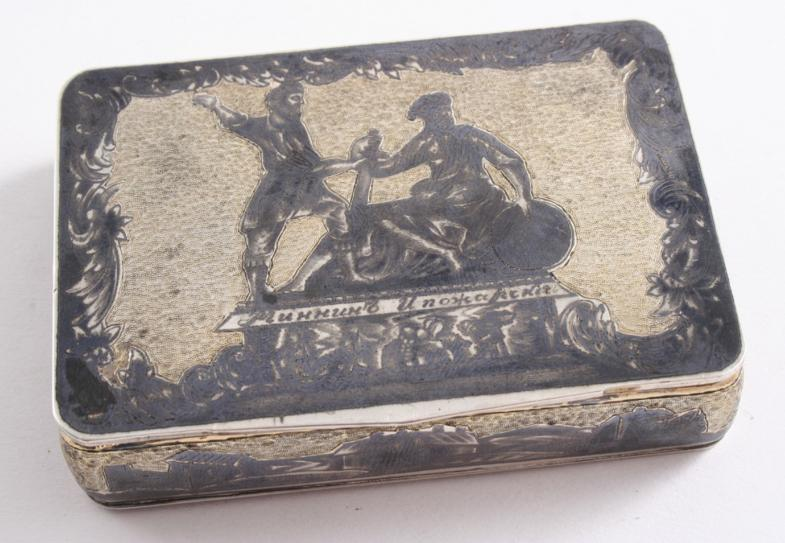 AN EARLY 19TH CENTURY RUSSIAN PARCELGILT AND NEILLO WORK SNUFF BOX
