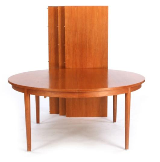 Circular conference table of mahogany. Legs with metal shoes