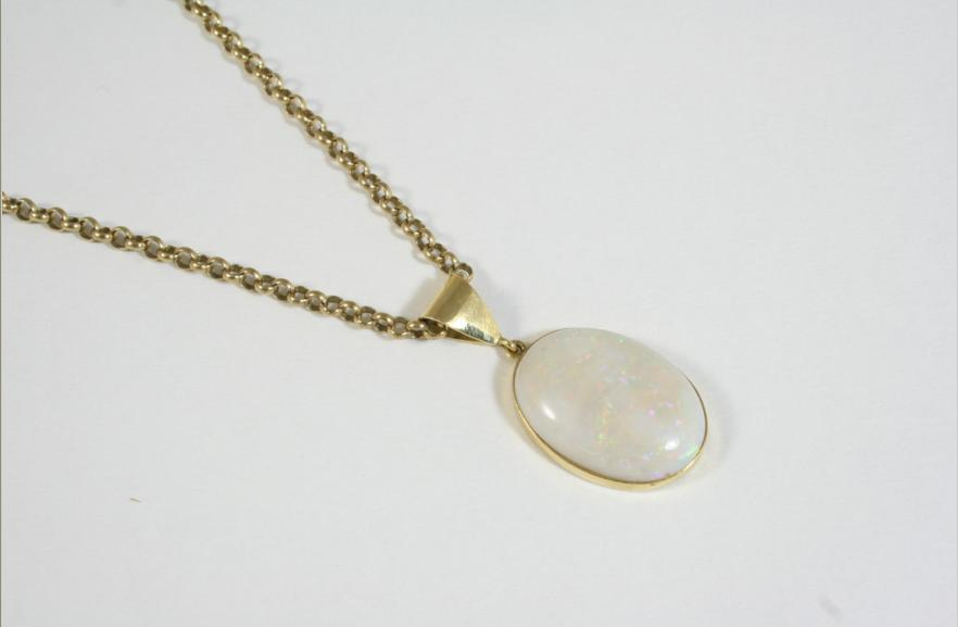 AN OPAL AND GOLD PENDANT