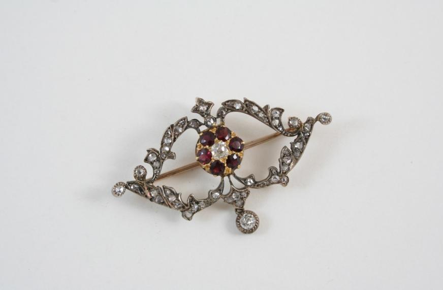 A VICTORIAN GARNET AND DIAMOND BROOCH