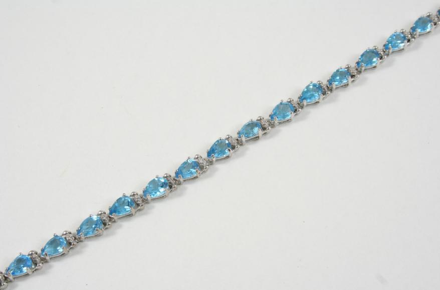 A BLUE TOPAZ LINE BRACELET