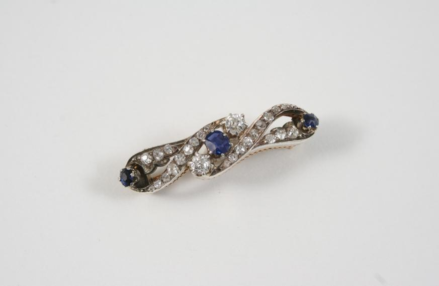 A VICTORIAN SAPPHIRE AND DIAMOND BROOCH