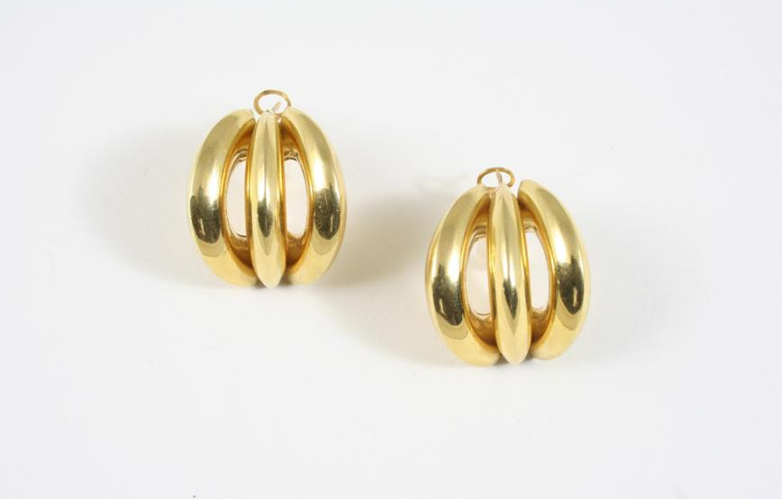 A PAIR OF 18CT. GOLD EARRINGS