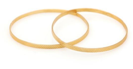 Two bracelets of 21.6k gold. Diam. 7 cm. Total weight app. 26.5 g. (2)