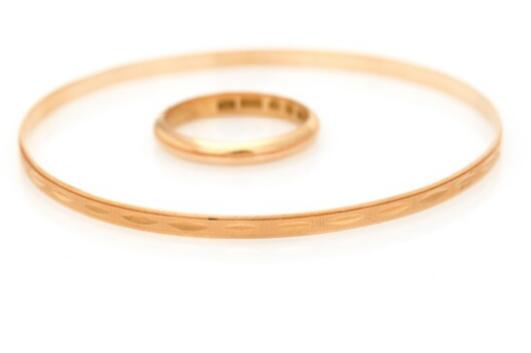 A jewellery collection of 18k gold comprising a bangle and a ring
