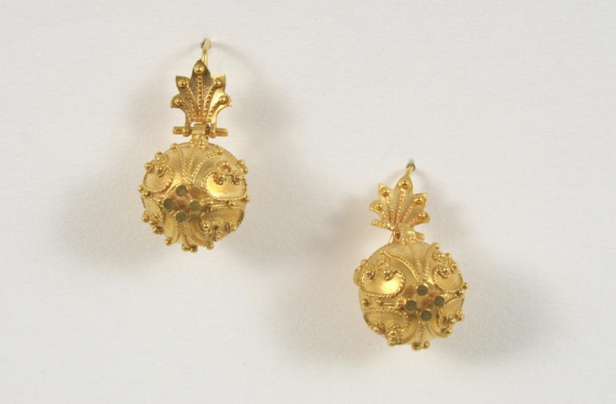 A PAIR OF GOLD BALL DROP EARRINGS