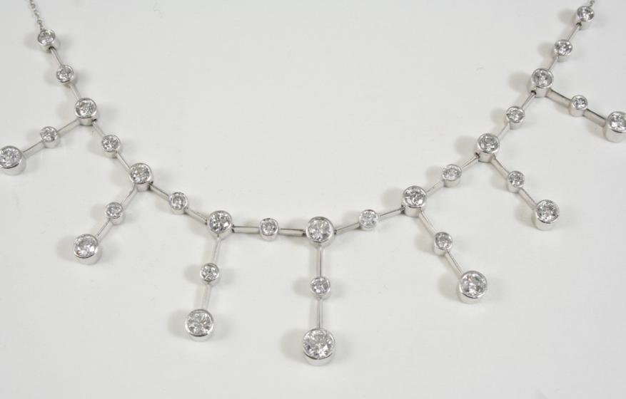 A DIAMOND GRADUATED DROP NECKLACE