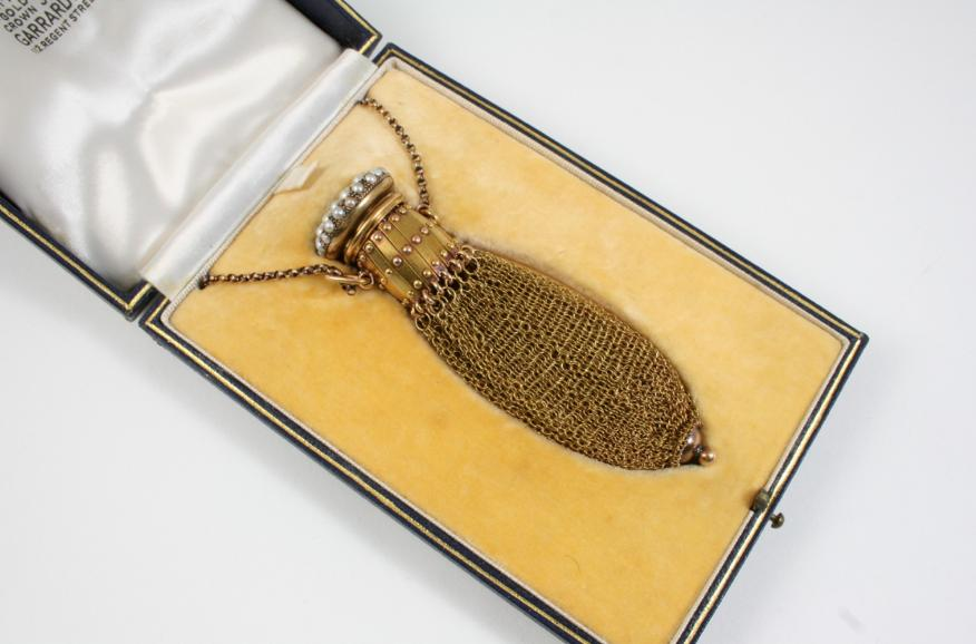 A LADY'S GOLD MESH EVENING PURSE