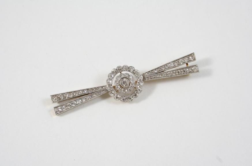A LATE VICTORIAN DIAMOND BROOCH