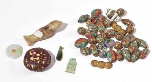 GROUP OF CHINESE BEADS AND PENDANTS