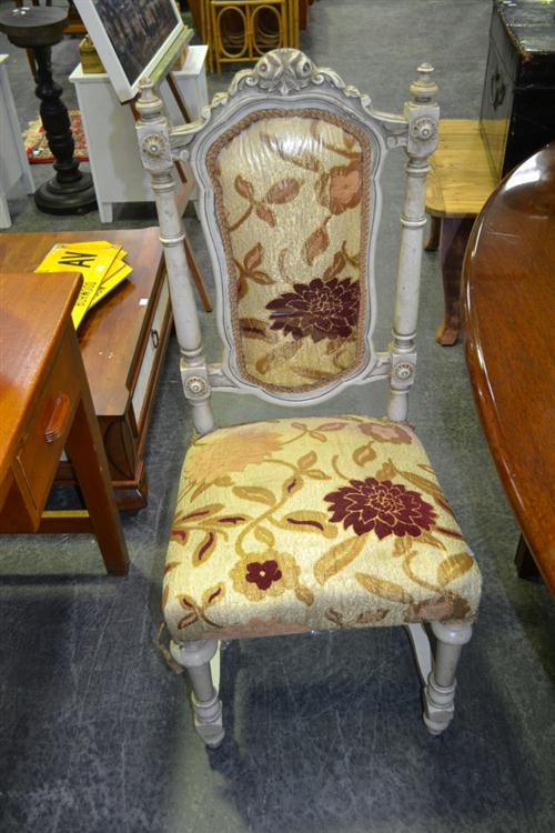 Set Of Five Carved Back Dining Chairs With Turned Legs To Front (Damage To One)