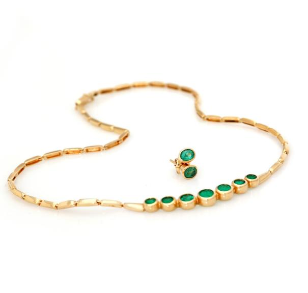 An emerald jewellery collection comprising a necklace