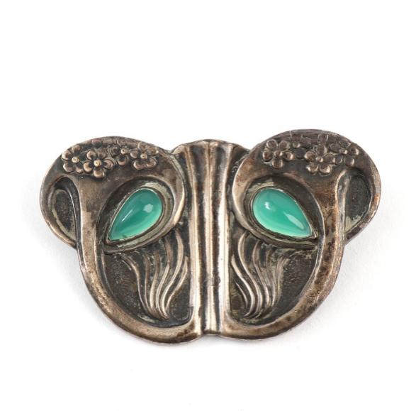 A Jugend brooch set with cabochon-cut chrysopras, mounted in silver