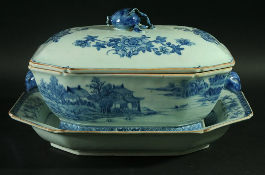 A CHINESE EXPORT TUREEN AND COVER