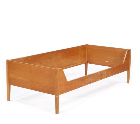 Bed with oak frame, model with low headboard, sides and back
