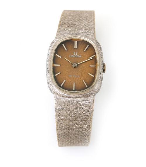A lady's wristwatch of 18k white gold