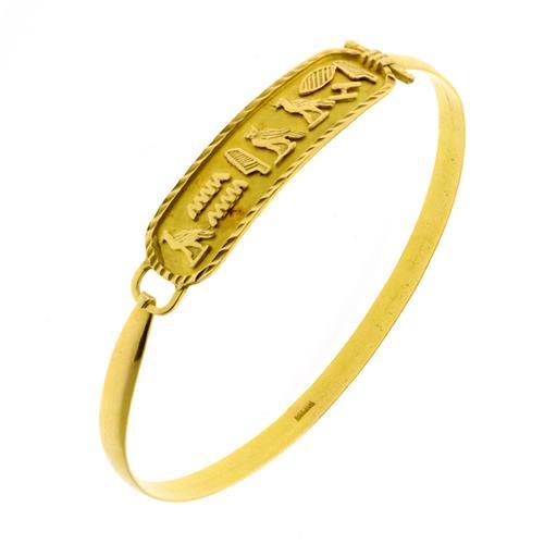 AN EGYPTIAN 18CT GOLD BANGLE