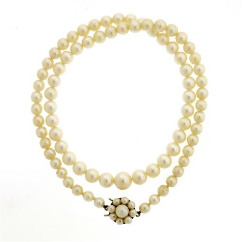 A GRADUATED CULTURED PEARL NECKLACE
