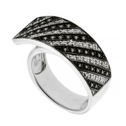 A 14CT WHITE GOLD DIAMOND RING