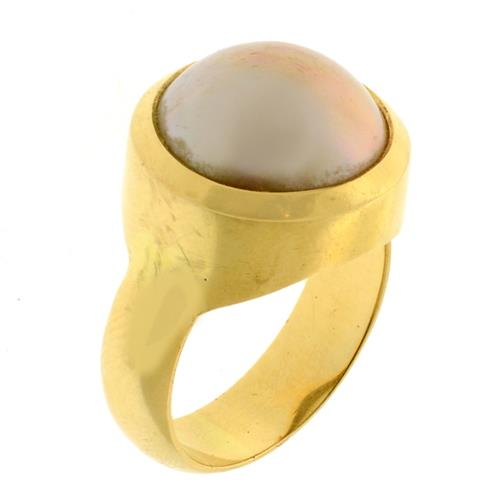 AN 18CT GOLD MABE PEARL RING