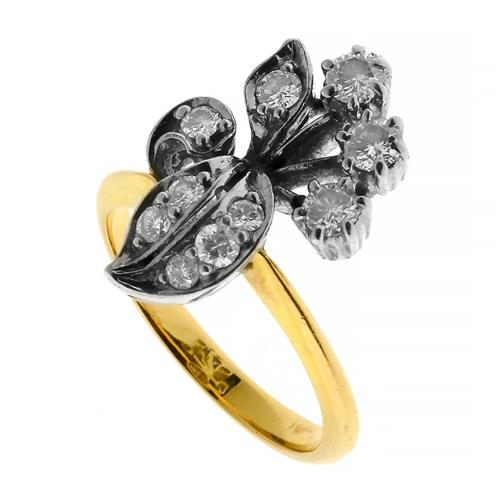 A VINTAGE 18CT GOLD DIAMOND RING