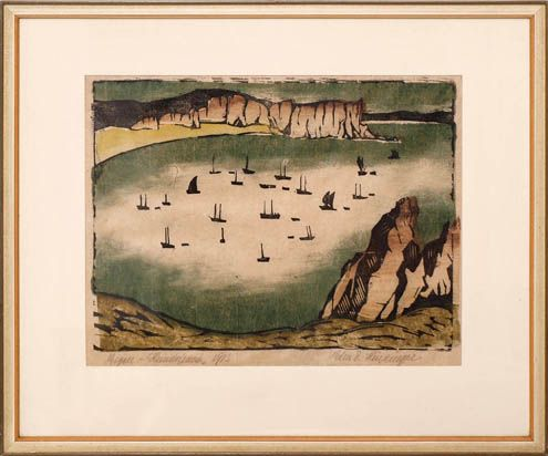 Felsgesäumte Bucht mit zahlreichen Booten